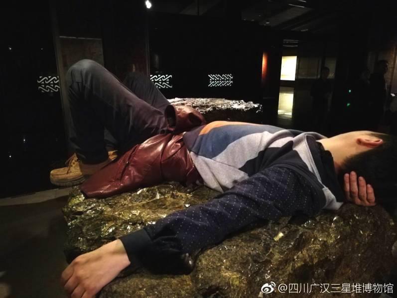 男子躺四川文物博物馆展品上被曝光