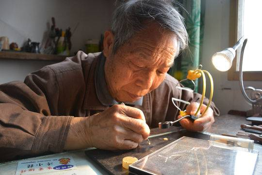 """四川八旬""""微刻老人""""坚持雕刻70年 希望能够申报""""非遗"""""""