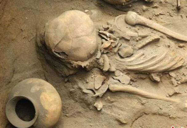 秘鲁海滨小镇发现1500年前人类遗迹 出土大量陶器