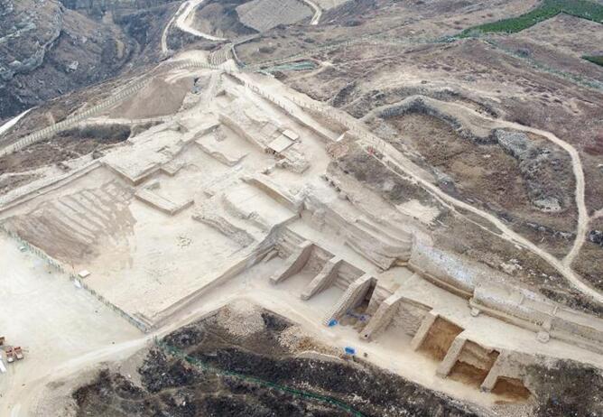 石峁遗址发现距今4000年左右大型陶鹰