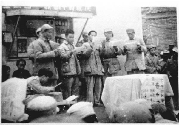 延安路上的领袖风采:毛泽东与战士一起推卡车 周恩来坐火车拒绝包厢软卧