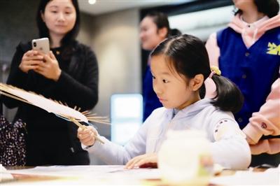 体验插骨团扇制作 动手过程中学习民族艺术文化
