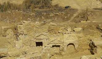 埃及沙漠出土2200年寺庙遗址 包括一个人和狮子雕像