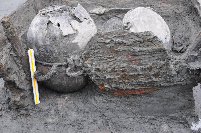 中国考古人员首次发掘出木制双连耳杯