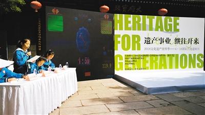 如何保护文化遗产 游客小雁塔下观看精彩辩论