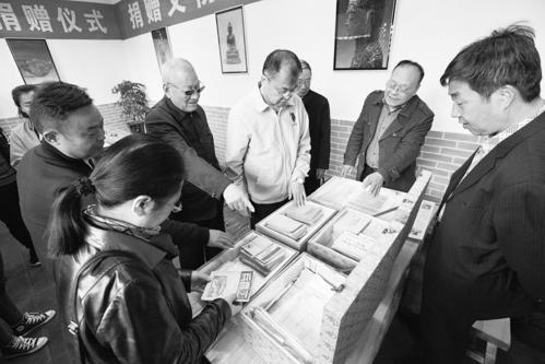 阳城三位藏友捐出文物187件