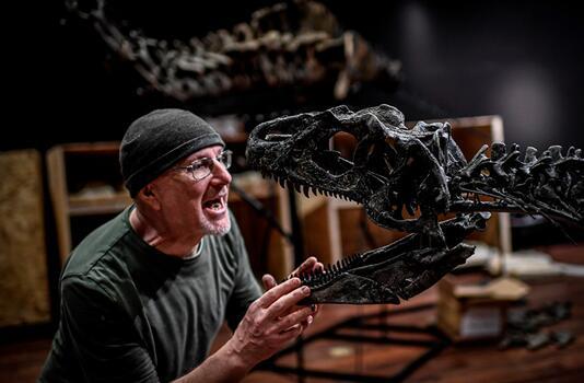 两具恐龙遗骨化石在法拍会上分别竞得超过140万欧元