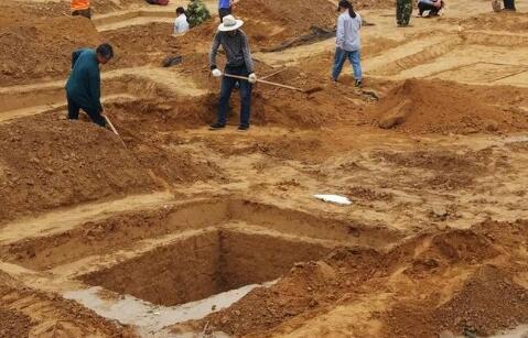 郑州工地 古墓群专业人士正在对古墓考古研究中