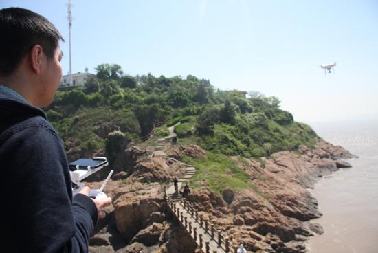 镇海区利用无人机开展七里屿灯塔安全检查