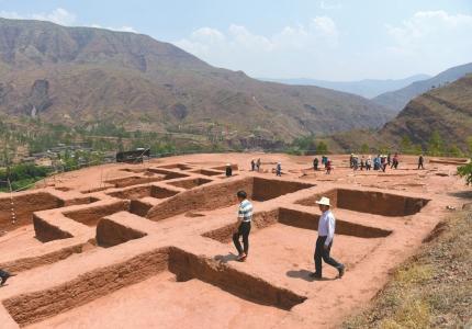几千年前凉山古人爱打扮 考古现场出土大量装饰品