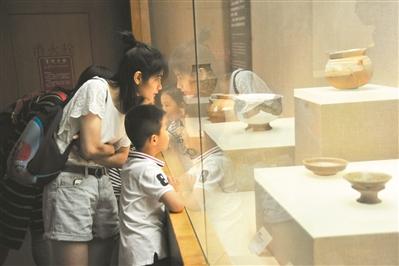 五一假期,家长带着孩子参观广东省博物馆。-图片版权归原作者所有