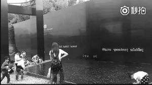 儿童拿南京江东门纪念馆石子打水漂 家长围观拍照被批