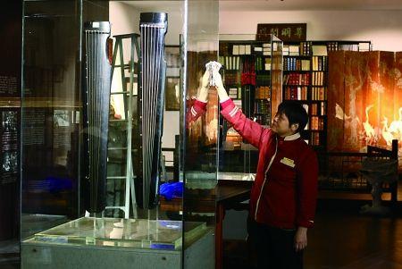 巴南区收藏家协会在巴南区人民广场展出收藏艺术品