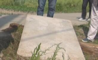 村里修路挖出石碑 考古人员鉴定是清代文物