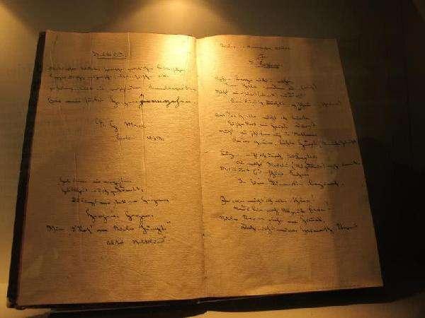 国家典籍博物馆展出马克思等手稿真迹