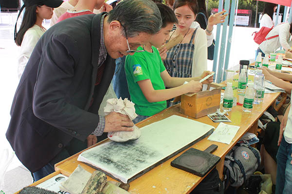 西安碑林博物馆开展拓印体验活动