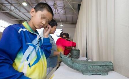 """山西盲童""""触摸""""文物 感知中国文化"""