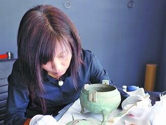 """""""文物医生""""修复时光伤疤 让古老文物重焕光彩"""