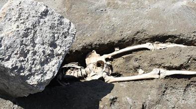 庞贝古城考古新发现:火山碎石下发现一具较完整骨架