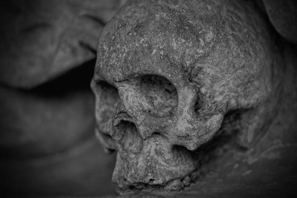 考古学家在古罗马城费米拉发现一个完整石棺