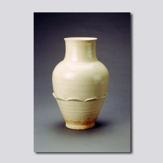 缸瓦窑白釉划花凸莲瓣纹瓶