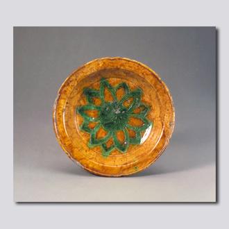 黄釉绿彩刻花莲菊纹盘