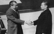 周恩来与尼克松握手照片背后