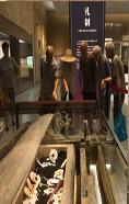 观众在良渚博物院观看一座复原的墓葬