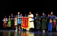 内蒙古自治区开鲁县乌兰牧骑巡演:扛起红旗再出发