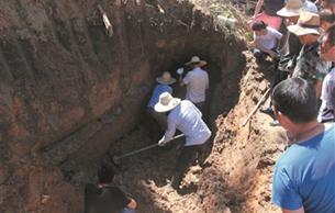 余杭区鸬鸟镇发现东汉古墓 百人围观古墓发掘