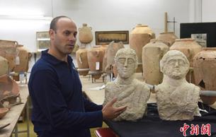 以色列出土一对1700年前半身石雕 人物表情生动