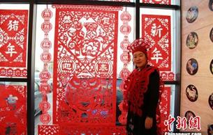 沈阳市举行盛大剪纸节 民间艺人现场传承工艺