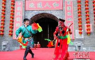 呼和浩特庙会上演《蒙古族婚礼》再现民族文化魅力