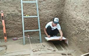 考古队员春节守文物 伺候2000年前古战车