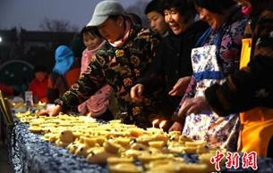 江苏徐州各地欢庆传统节日 非遗传统面灯点亮元宵节