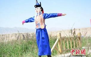 昆仑山下蒙古族绣娘:让德都蒙古族服饰代代相传